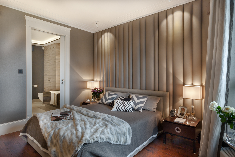 Tapicerowana ściana nad łóżkiem w sypialni