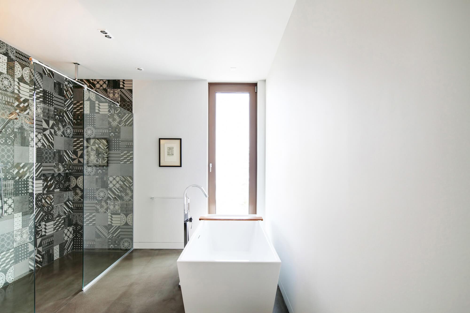 Wzorzyste płytki w białej łazience