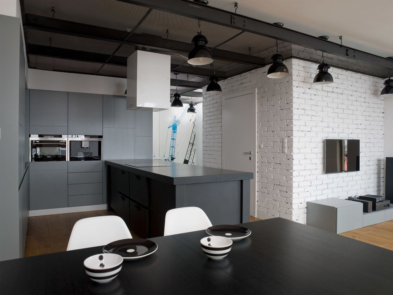 Loftowa szara kuchnia / PROJEKT HOLA DESIGN