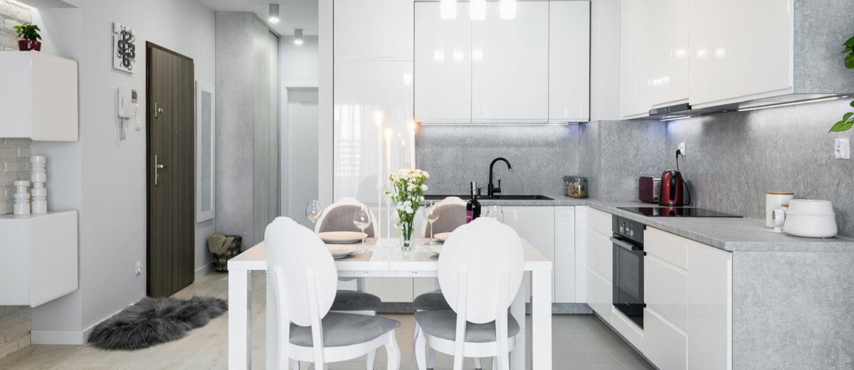 Ściana z betonu w  białej kuchni