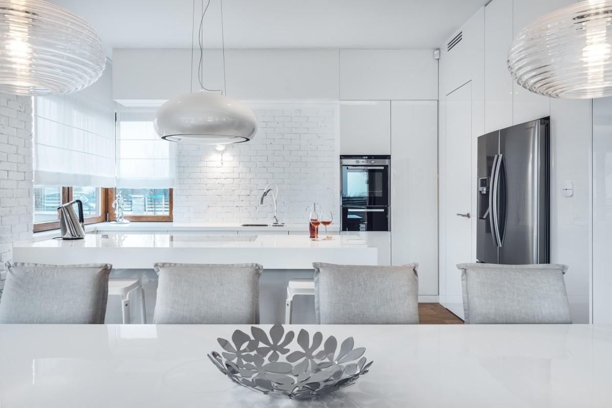 Kuchnia i ściana z białej cegły
