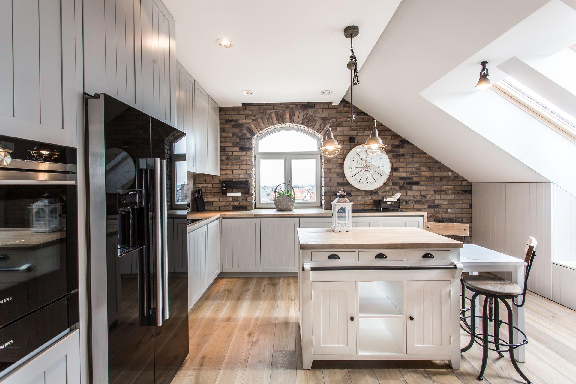 Ceglana ściana w białej kuchni
