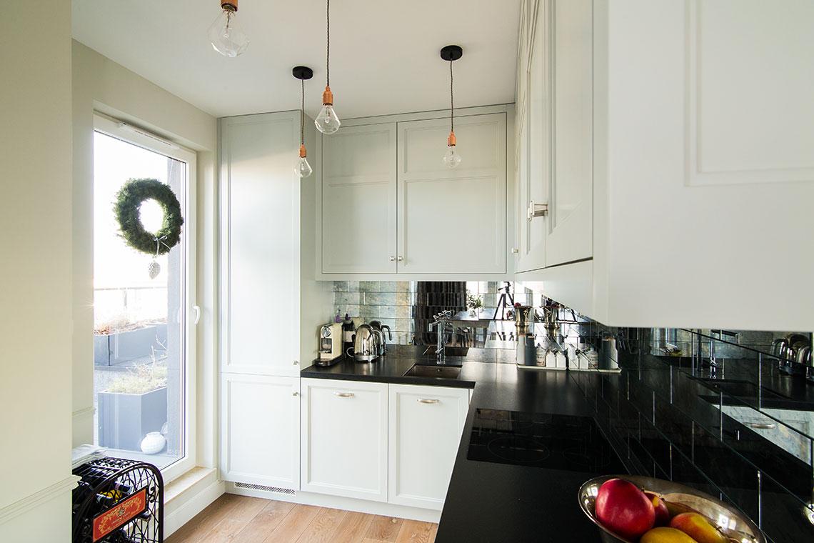Lustrzane płytki na ścianie nad blatem w kuchni | proj. Eg Projekt