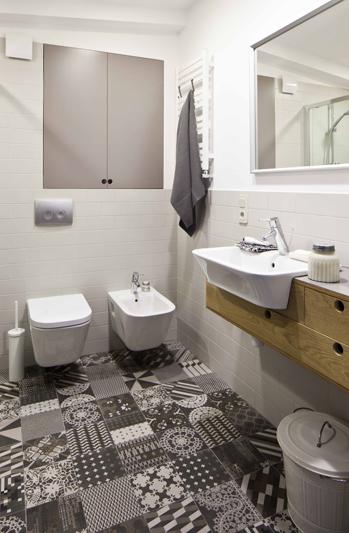 Modne patchworkowe płytki dodają charakteru stonowanej łazience | proj. Sojka & Wojciechowski