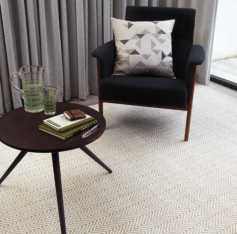 Ręcznie tkany dywan z bawełny marki Moooq jest dostępny w naszych showroomach