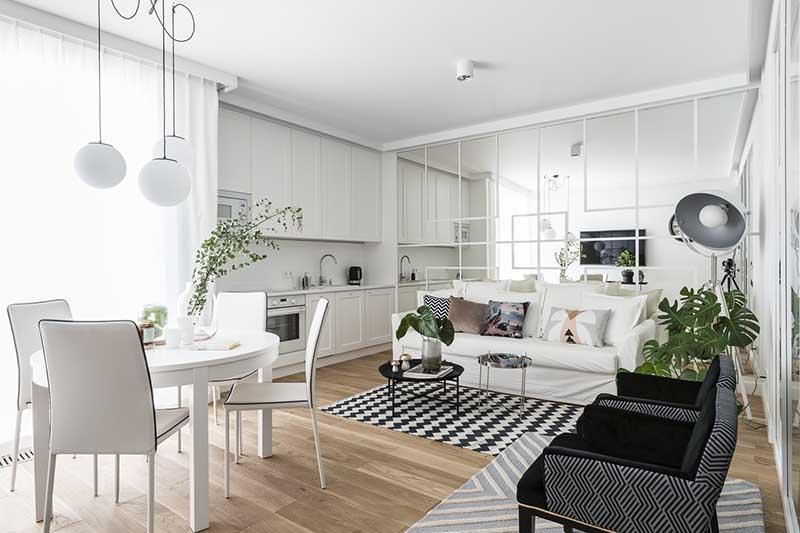 Funkcjonalna otwarta przestrzeń salon z białą sofą, proj.  Mana Design