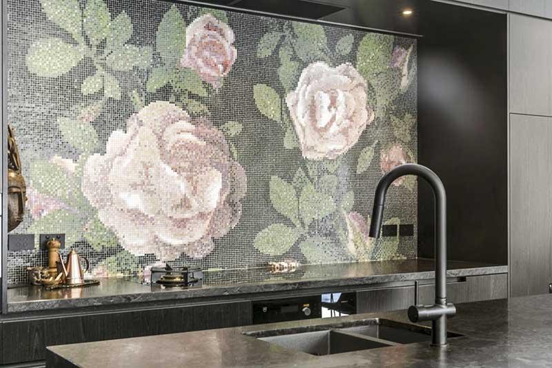 Mozaika marki Bisazza na ścianie nad blatem w kuchni
