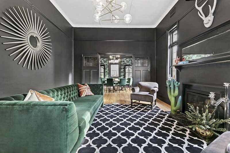 Sofa w stylu Chesterfield w butelkowej zieleni | źródło: bookmarc.com.au