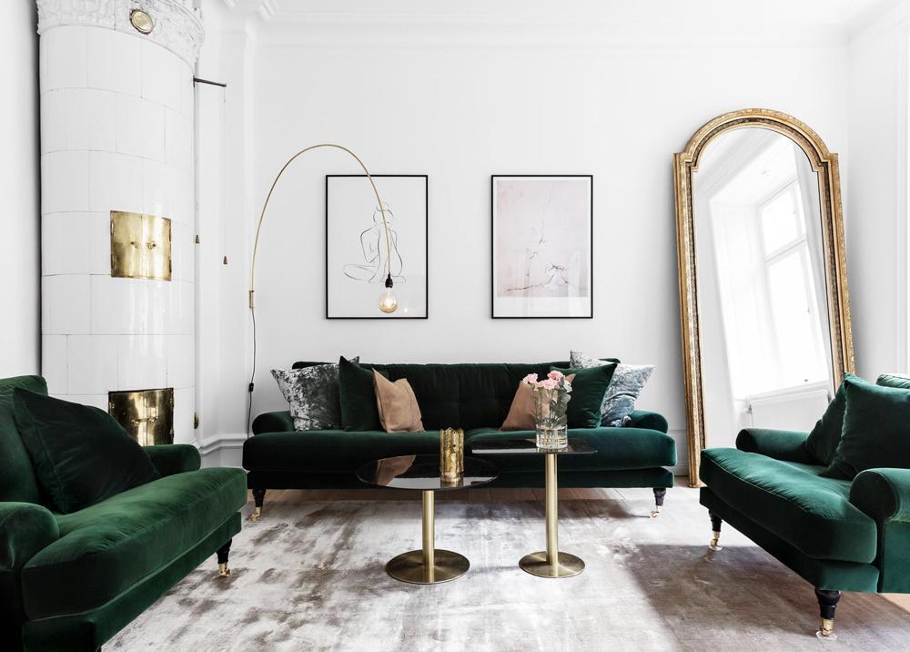 Połączenie butelkowej zieleni i złota w salonie
