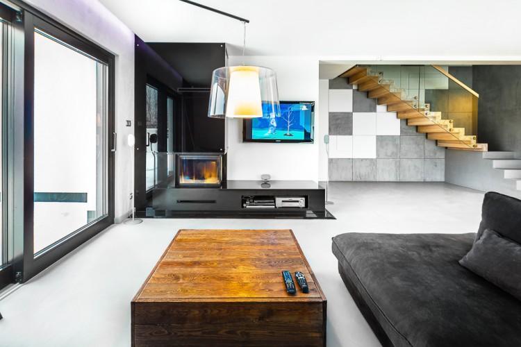 Nietypowy stolik kawowy w aranżacji salonu | proj. COCO Pracownia projektowania wnętrz