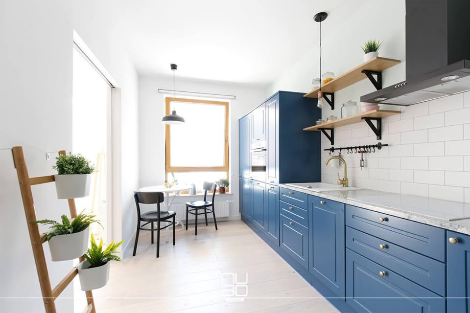 Jasna kuchnia z niebieskimi meblami kuchennymi | proj. Nubo