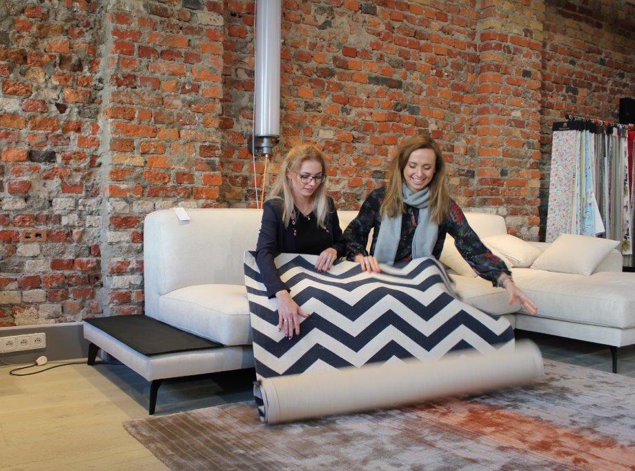 Dziewczyny z Polisz Design z wygranym dywanem w naszym showroomie