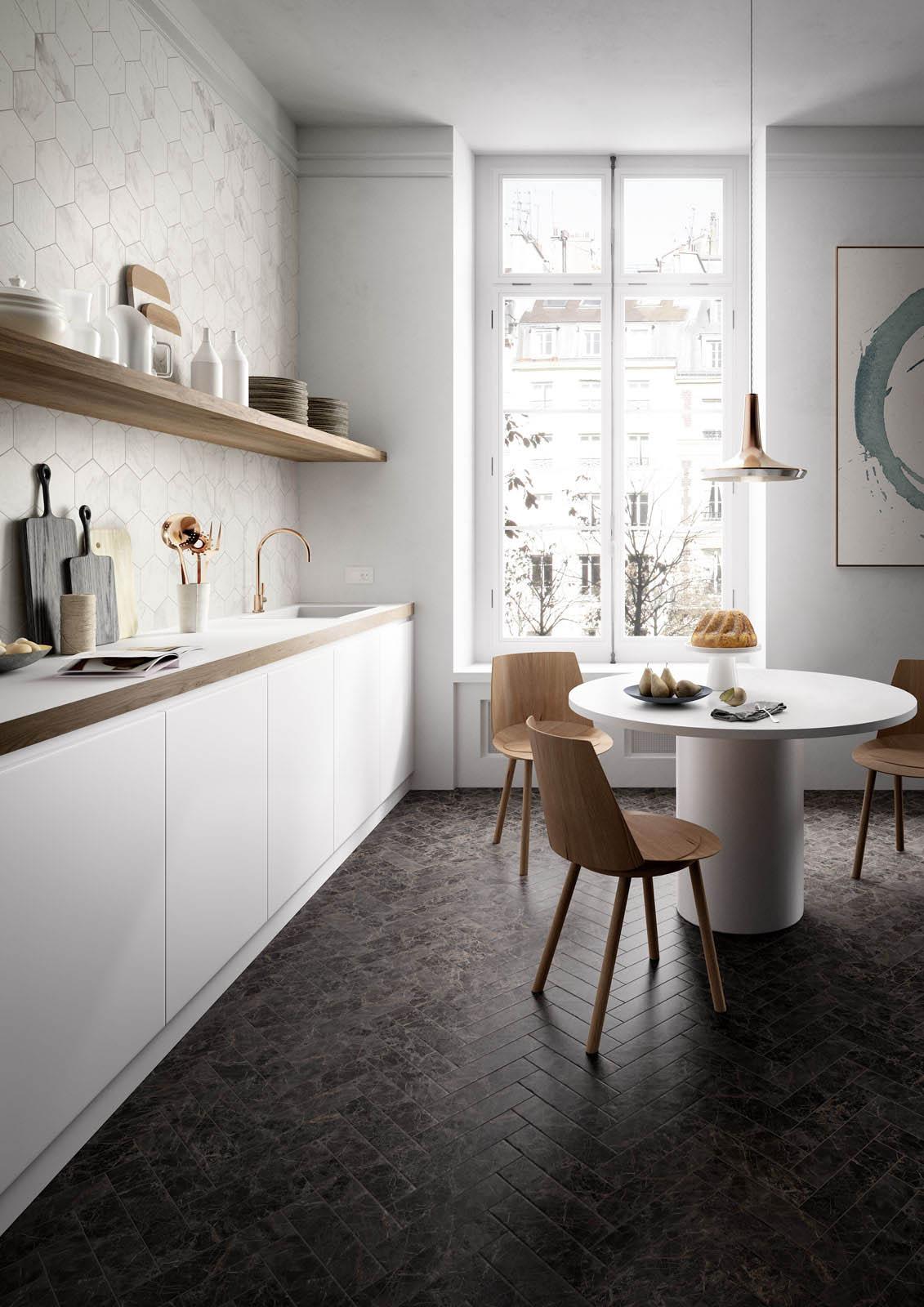 Biało - drewniana kuchnia z płytki marki Marazzi