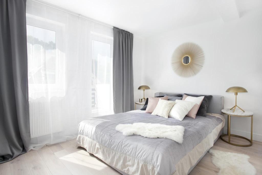Skandynawska sypialnia ze złotymi i marmurowymi detalami | proj. LOKO