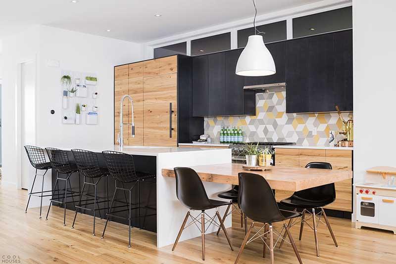 Drewniano - czarna kuchnia z geometrycznymi płytkami nad blatem od Mutiny