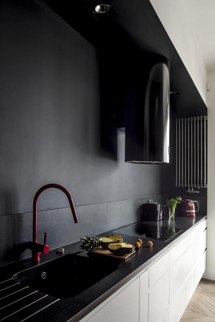 Czerwona bateria w kuchni w projekcie Anny Koszeli