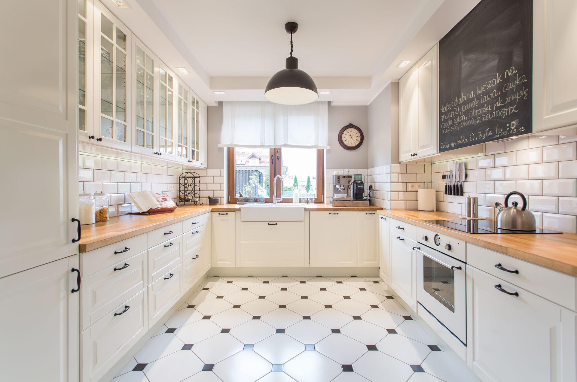 Biała kuchnia z drewnianym blatem | proj. em Design