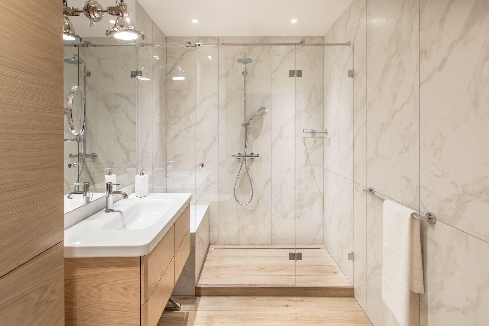 Marmur i drewno w łazience | proj. Em Design