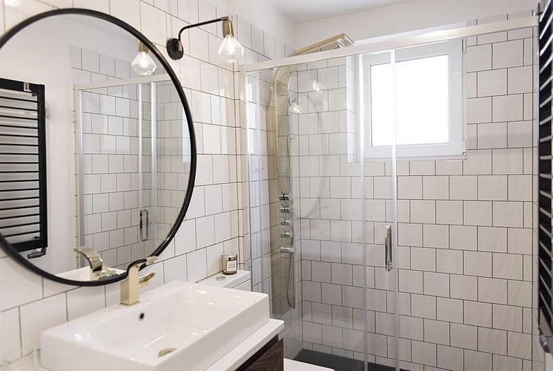 Skandynawska łazienka ze złotymi detalami | proj. LOKO