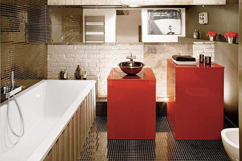 Czerwone akcenty w łazience | proj. Justyna Smolec