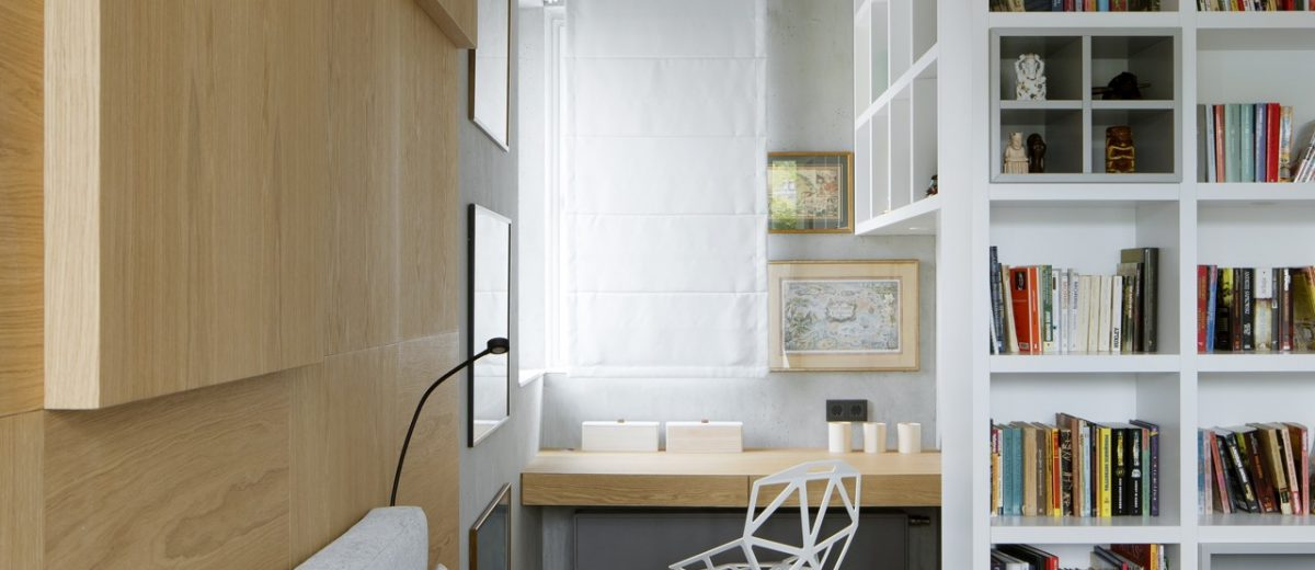 Sypialnia z drewnianą ścianą nad łóżkiem, proj. Hola Design