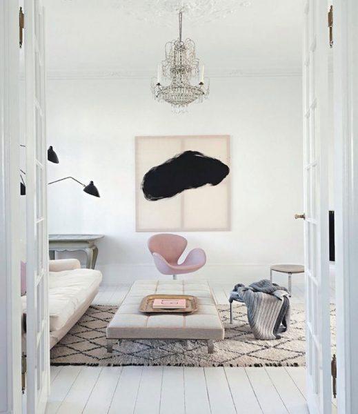 Kultowy fotel Swan wg. projektu Arne Jacobsena w skandynawskim klimacie