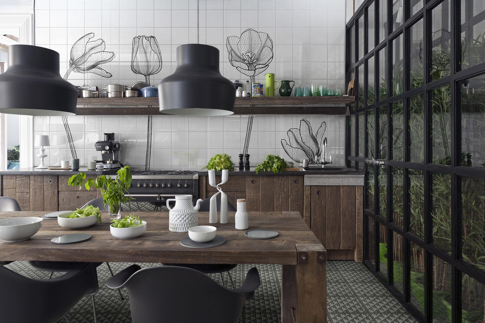 Drewniana kuchnia z czarnymi elementami i płytkami marki Bardelli