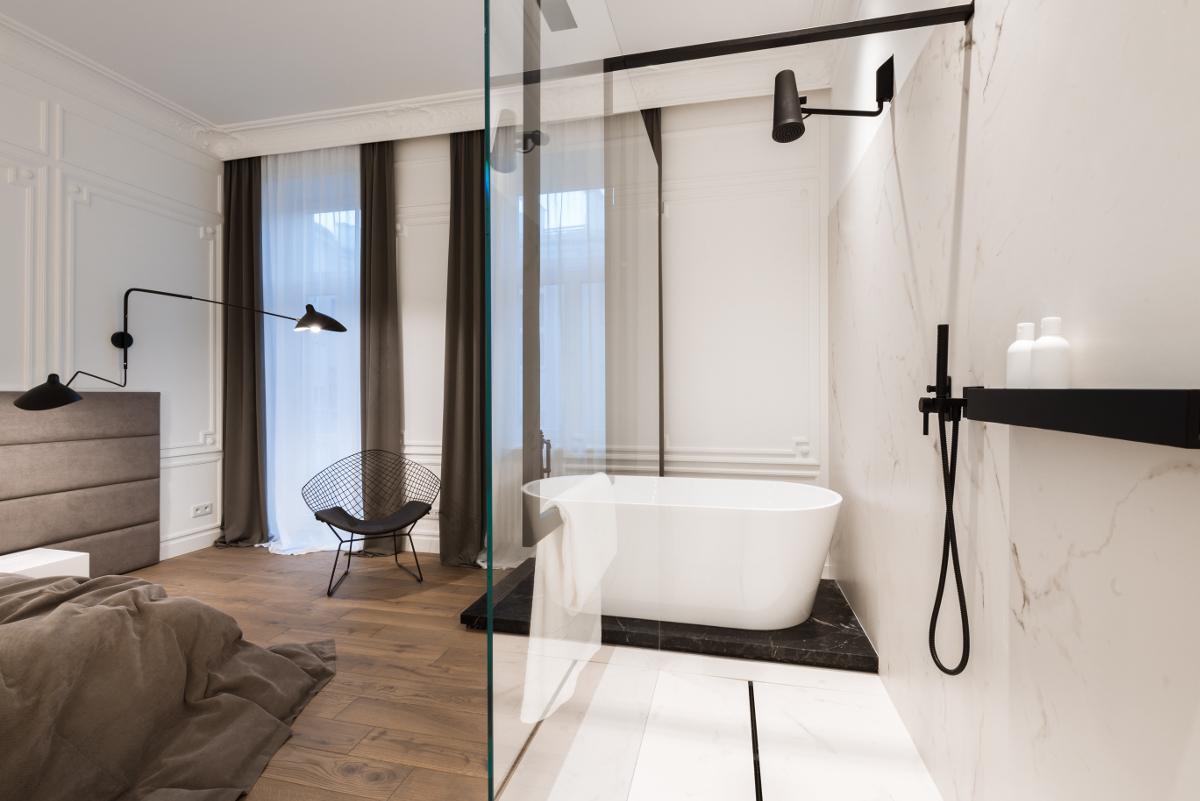 Otwarta łazienka z przeszklonym prysznicem | proj. Nasciturus design