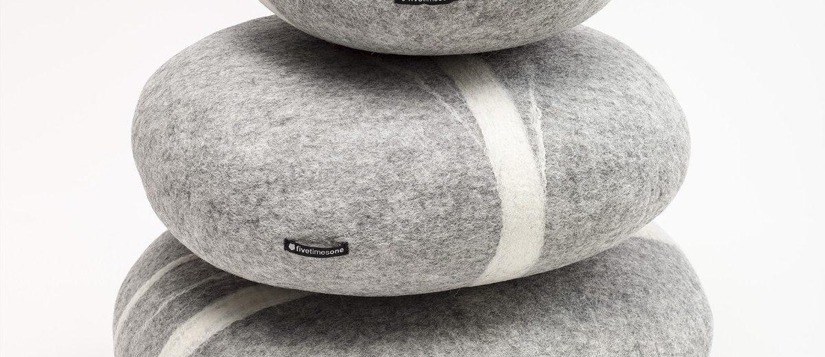 """Poduszki i pufy """"Stone"""", 2010, autorzy projektu: Mirosław Popławski, Magdalena Popławska, Zofia Popławska, Jakub Kosma Popławski; produkcja: Fivetimesone"""