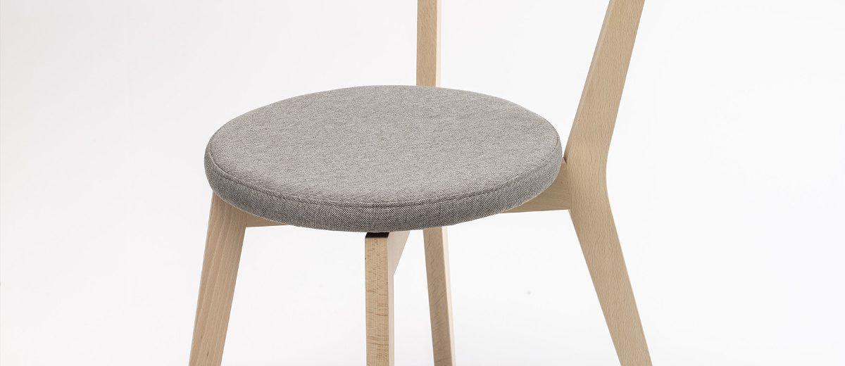 """Krzesło """"Closer"""", 2011, autorka projektu: Aleksandra Pięta-Wiśniewska; autor projektu wdrożeniowego: Piotr Kuchciński; produkcja: Meble VOX"""