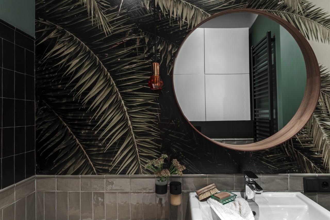 Tapeta w tropikalny wzór w łazience | proj. Finchstudio