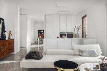 Biała kuchnia otwarta na salon | proj. LOFT Magdalena Adamus, photo: Tom Kurek