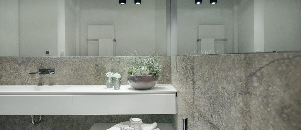 Szara łazienka | proj. LOFT Magdalena Adamus, photo: Tom Kurek
