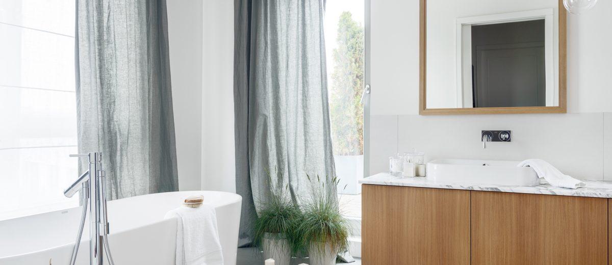Aranżacja łazienki z wanną wolnostojącą | proj. LOFT Magdalena Adamus, photo: Tom Kurek