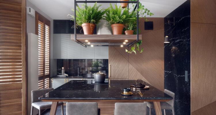 Szaro -drewniana kuchnia z marmurowymi detalami | proj. JT Grupa, photo: Tom Kurek