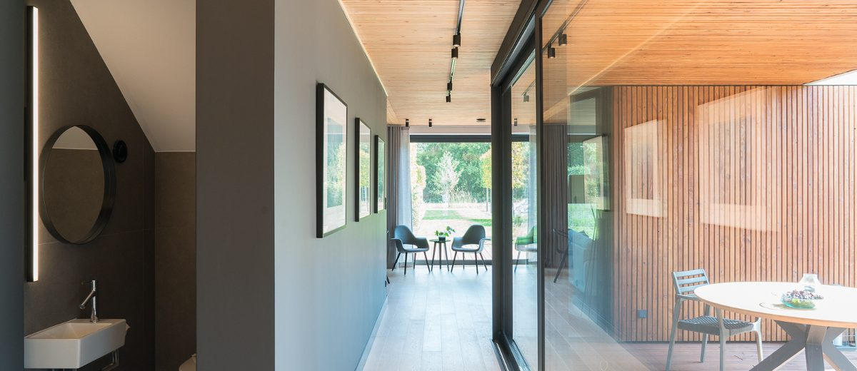Wnętrze eko rezydencji w Chybach, proj. Ev Architects, foto. Tom Kurek