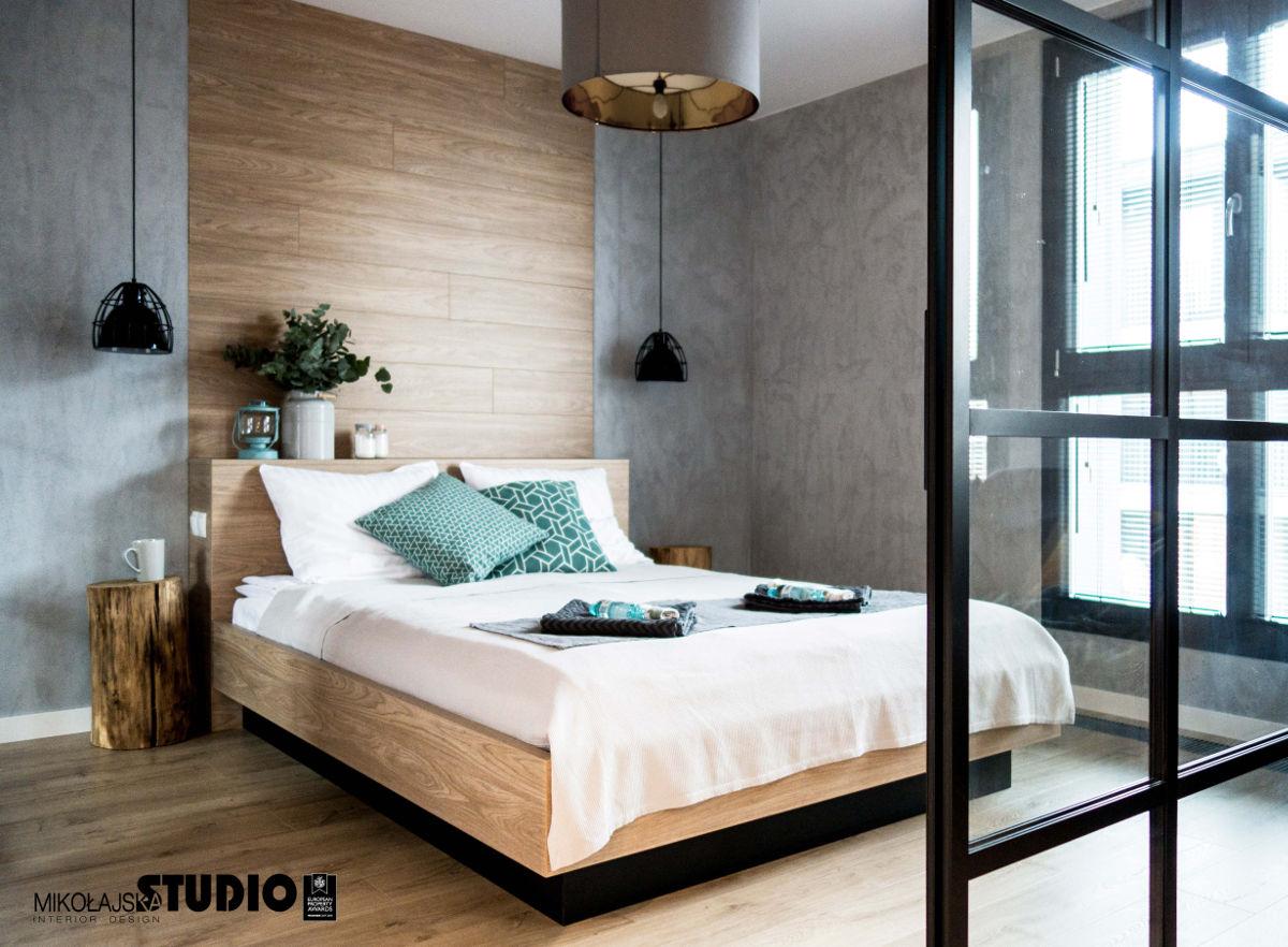 Drewniana ściana za łóżkiem   proj. Mikołajska Studio