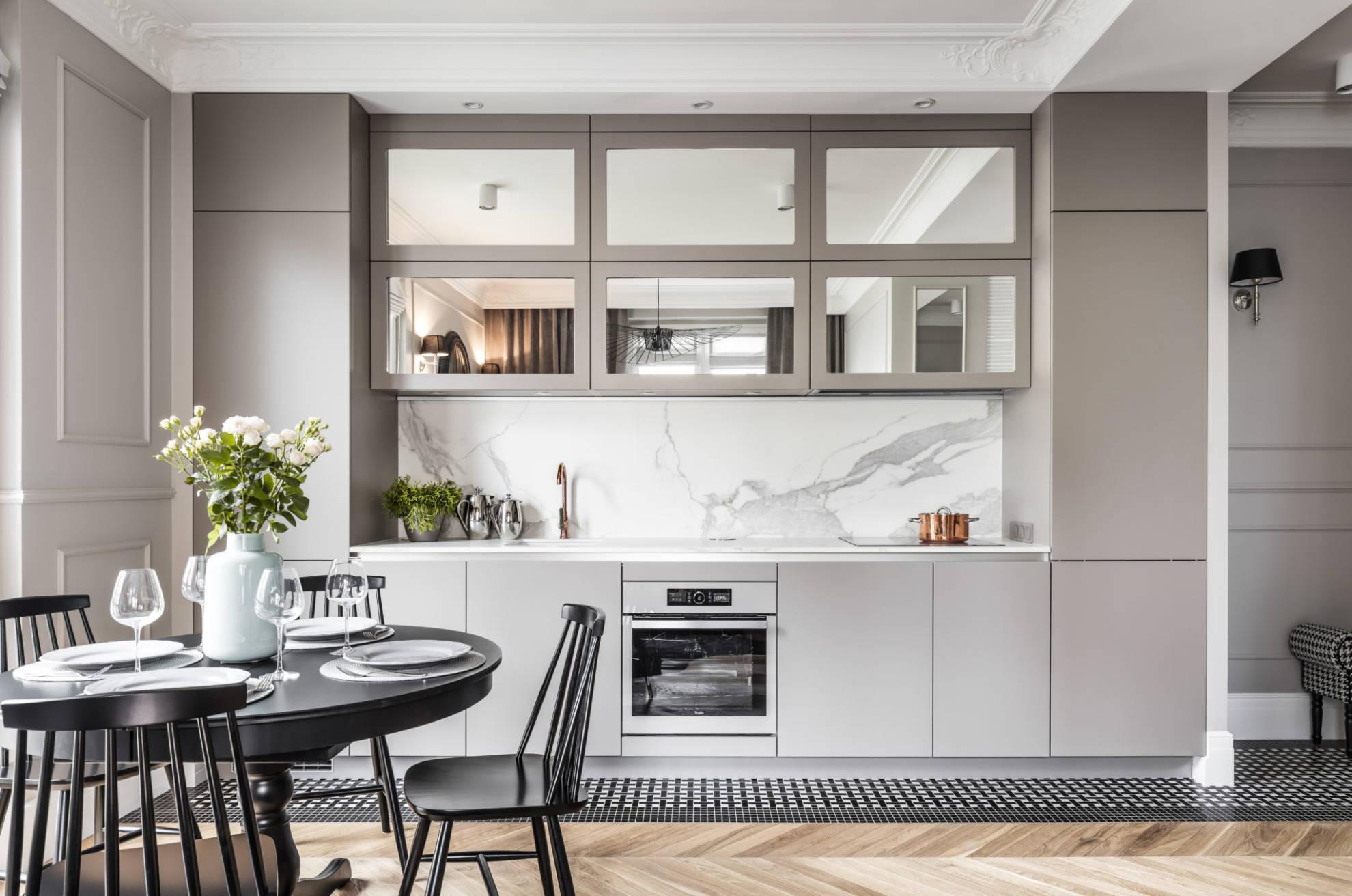 Marmur na ścianie nad blatem w kuchni | proj. SAS Kuchnie i Wnętrza