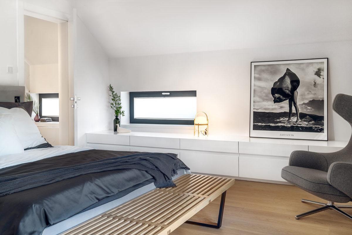 Fotografia Szymona Brodziaka w sypialni (proj. Ev Architects)