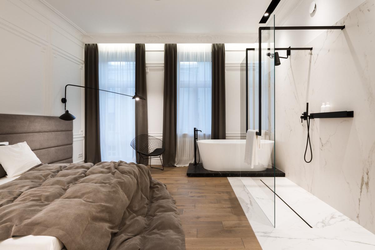 Łazienka połączona z sypialnią wykończona marmurowymi płytkami | proj. Nasciturus design