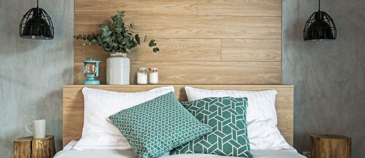 Sypialnia z drewnianym zagłówkiem, proj. Mikołajska Studio