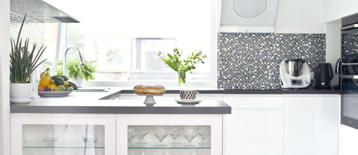 Jasna kuchnia z błyszczącą mozaiką na ścianie nad blatem | proj. Miśkiewicz Design