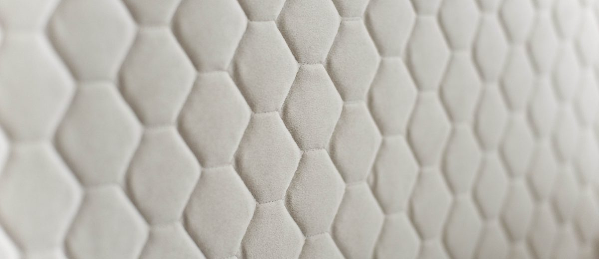 Eleganckie wezgłowie łóżka z wyszywanymi heksagonami