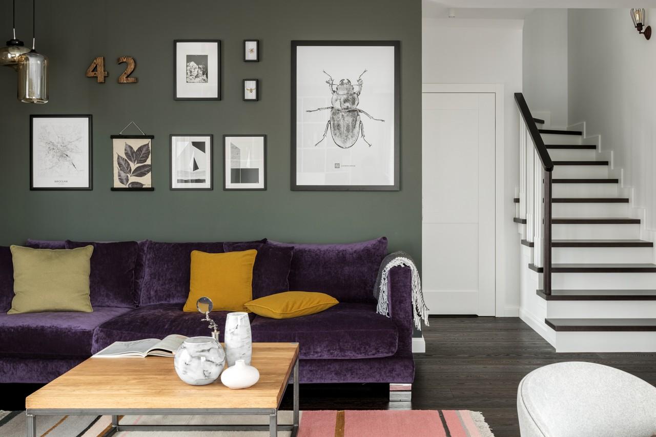 Sofa w salonie wykończona najmodniejszym w 2018 roku fioletem i welurem w projekcie Finchstudio