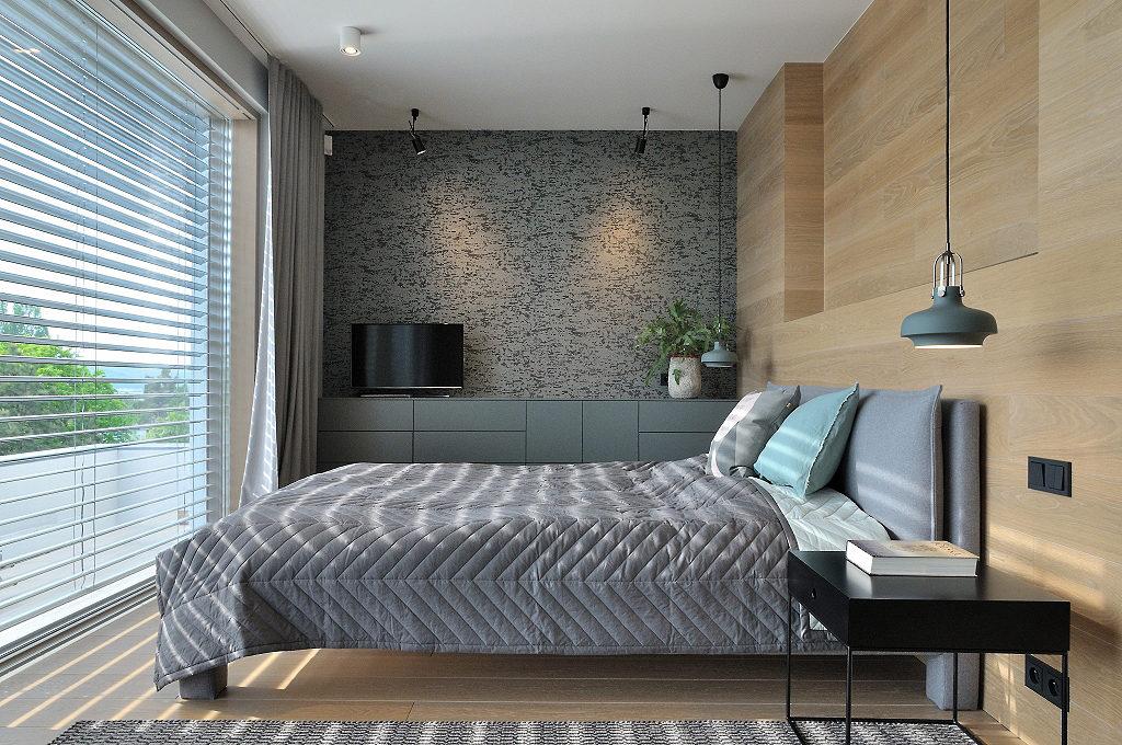 Szaro - drewniana sypialnia | proj. Ministerstwo Spraw we Wnętrzach