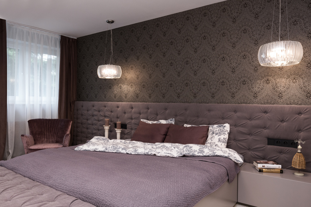 Niestandardowy tapicerowany zagłówek w sypialni   proj. LOFTSTUDIO Irena Lang