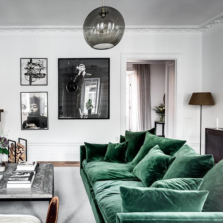 Welurowa sofa w butelkowej zieleni