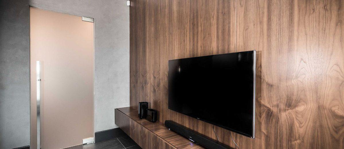 Drewniana ściana telewizyjna | proj. One Design (Katarzyna Barbella-Aponte)