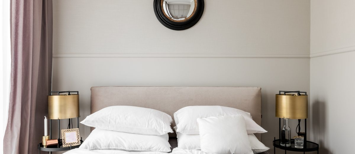 Aranżacja sypialni ze złotymi detalami