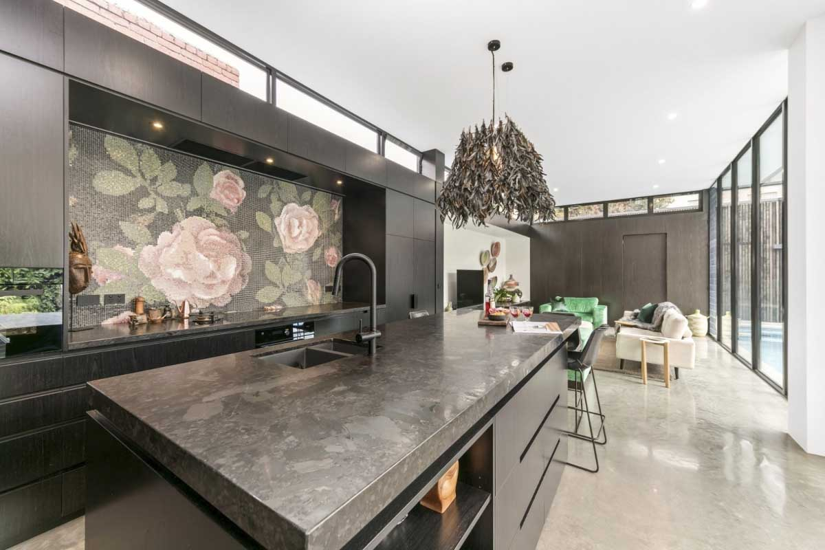 Piękna mozaika Bisazza w kuchni nad blatem